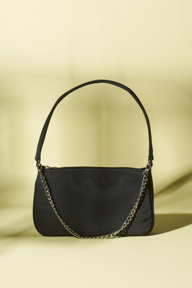 Tasche Schultertasche mit Kettendetail in Schwarz