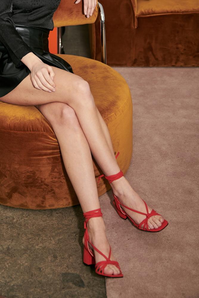 Sandalen zum Schnüren in rot mit Absatz